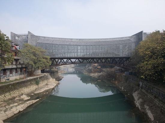 Le Musée d'Art Jishou de l'Atelier FCJZ sert également de passerelle piétonne