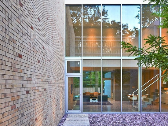 la façade de cette maison à chicago est ornée de colonnes de brique torsadées