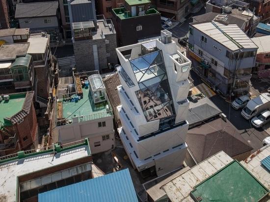 moon hoon manipule une pile de'seaux' pour le QG de l'huile de sésame à Séoul