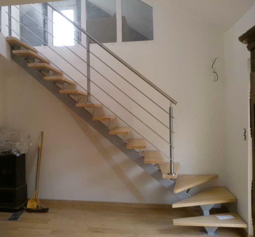 Escalier droit / quart tournant / structure en métal / marche en ...