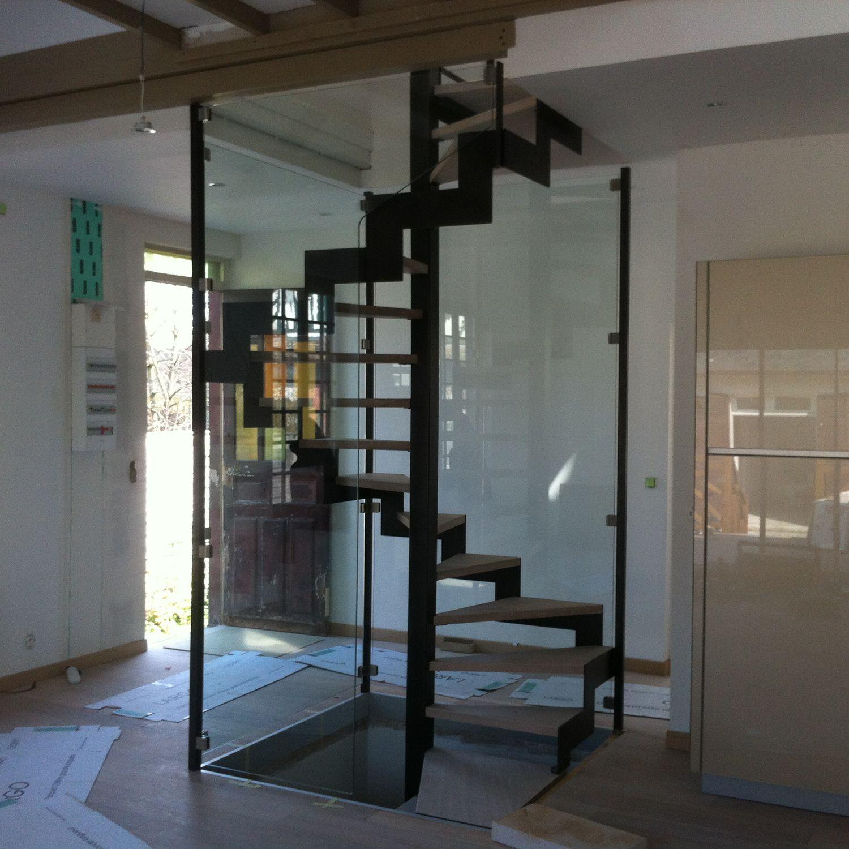 Escalier en colimaçon carré / structure en métal / marche en bois ...