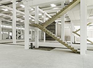 escalier demi-tournant / structure en béton / marche en béton / avec contremarche