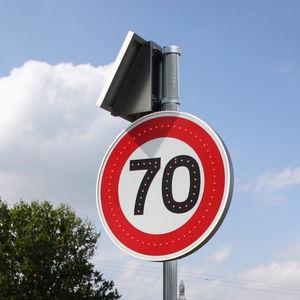 panneau de signalisation routière sur pied