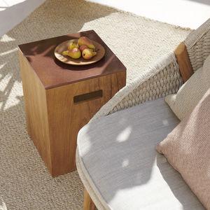 table d'appoint contemporaine / en pierre de lave / avec piètement en teck / carrée