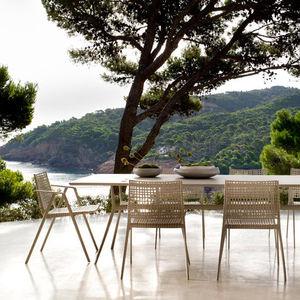 chaise de jardin contemporaine / avec accoudoirs / empilable / avec coussin amovible