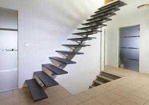 escalier droit / structure en acier inoxydable / marche en pierre / sans contremarche