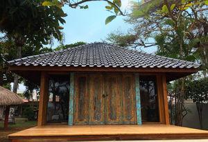 maison type bungalow / design / en bois / avec terrasse