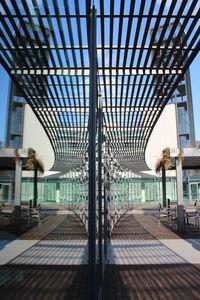 auvent d'entrée / pour bâtiment tertiaire / en métal / en bois