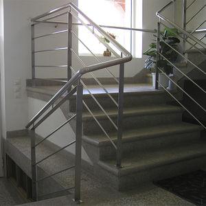 escalier droit / structure en béton / marche en marbre / avec contremarche