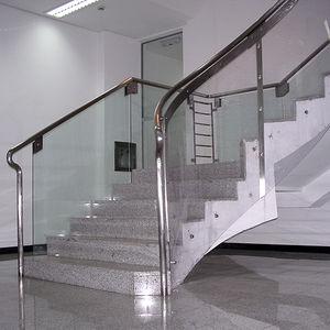 escalier droit / demi-tournant / structure en béton / marche en marbre
