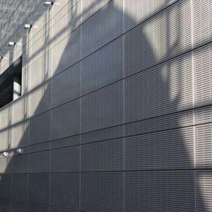 bardage en panneaux / en aluminium / en acier / perforé