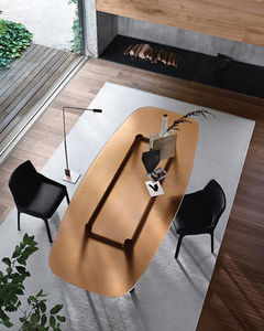 table contemporaine / en verre trempé / avec piètement en chêne / avec piètement en bois massif