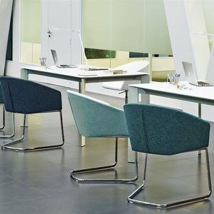 chaise contemporaine / tapissée / avec accoudoirs / cantilever