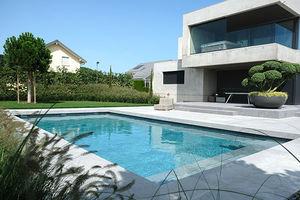 piscine enterrée / en béton / en pierre minérale / sur mesure