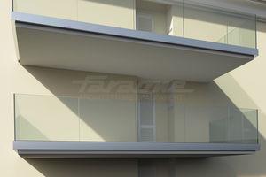 balcon à panneaux en verre