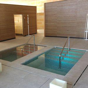 piscine enterrée / en polyester / en acrylique / professionnelle