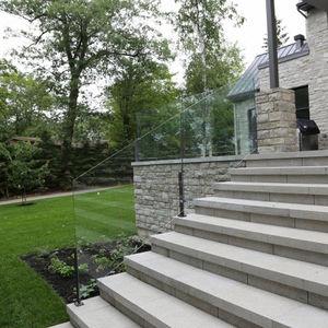 garde-corps en aluminium / à panneaux en verre / d'extérieur / pour escalier