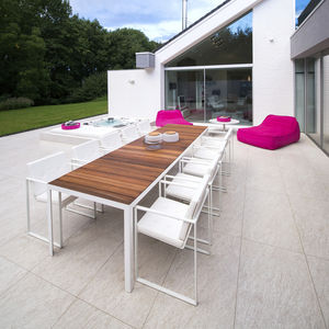 table de jardin / contemporaine / en teck / en verre trempé