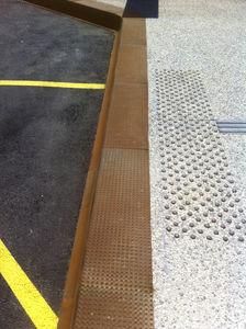 bordure de quai de bus / en acier COR-TEN® / en béton armé / rectangulaire