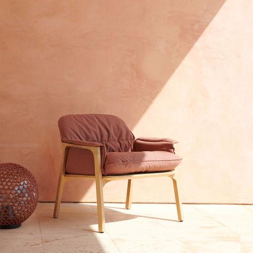 fauteuil contemporain / en tissu / en teck / avec accoudoirs