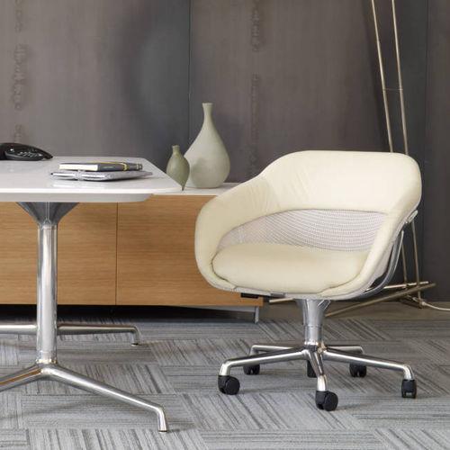 fauteuil visiteur contemporain / en tissu / en fonte d'aluminium / avec accoudoirs