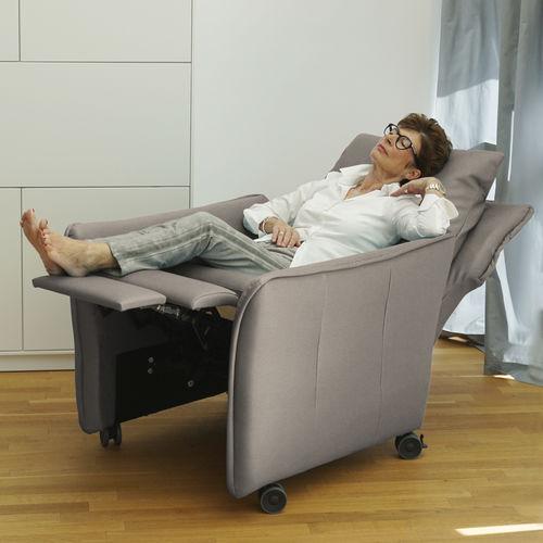 fauteuil contemporain / en tissu / en cuir / avec repose-pieds