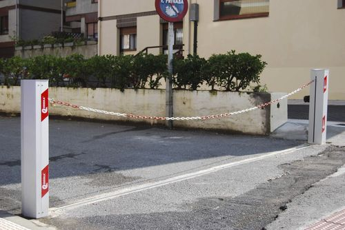 barrière de contrôle d'accès / fixe / en métal / pour espace public