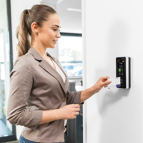 système de contrôle d'accès centralisé système de pointage / filtrage des entrées / avec lecteur RFID / pour bureau