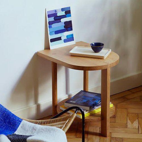 table d'appoint contemporaine / en chêne / avec piètement en chêne / courbée