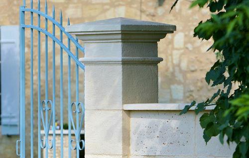 pilier pour clôture en pierre reconstituée