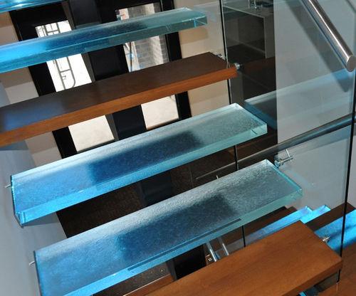 escalier droit / structure en métal / marche en bois / marche en verre