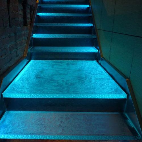 escalier droit / en verre / structure en bois / marche en verre