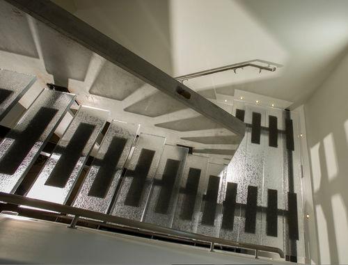 escalier demi-tournant / structure en métal / marche en verre / sans contremarche
