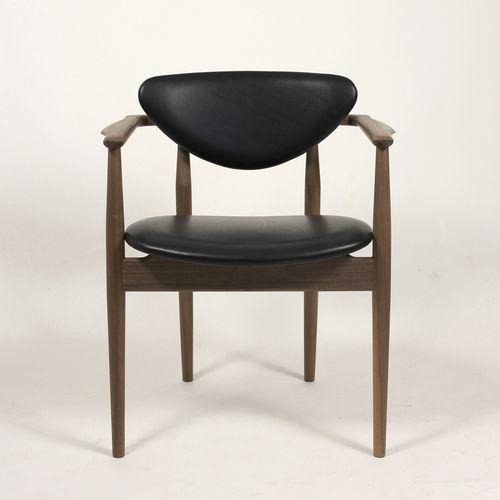 chaise design scandinave / tapissée / avec accoudoirs / en noyer