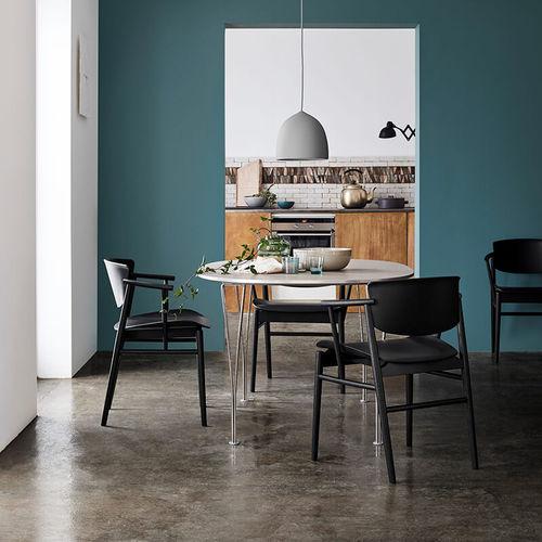 chaise design scandinave / avec accoudoirs / en chêne / par Studio Nendo
