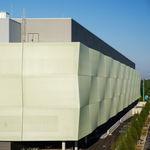 bardage en grille / en membrane textile / en composite / perforé