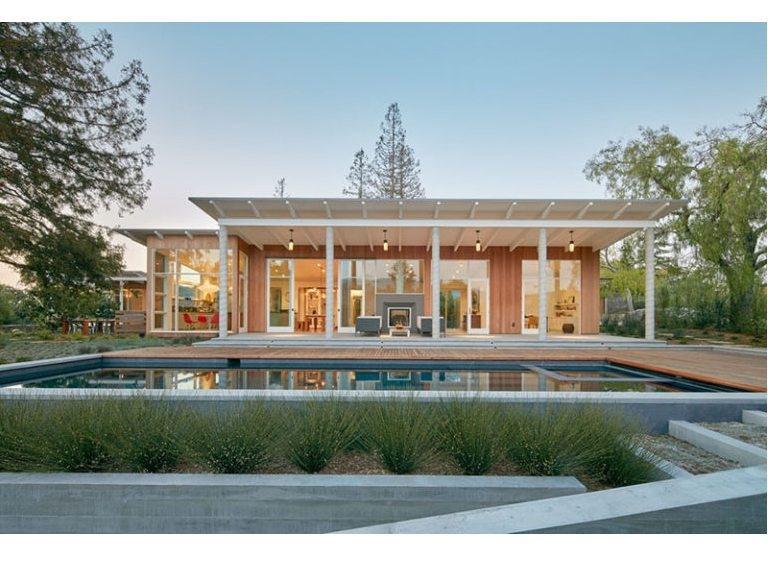Cette maison moderne plaquée et inclinée en bois de toit a été ...
