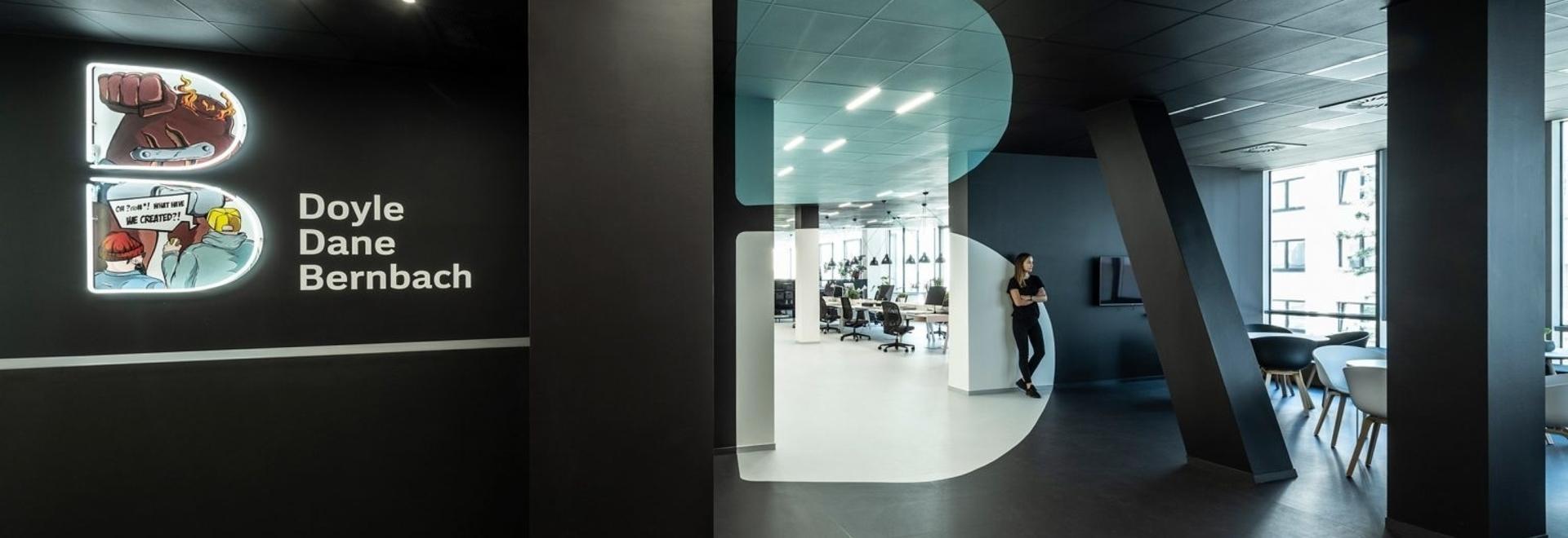 B2 L'architecture crée une illusion d'optique avec l'intérieur des bureaux pour DDB Prague