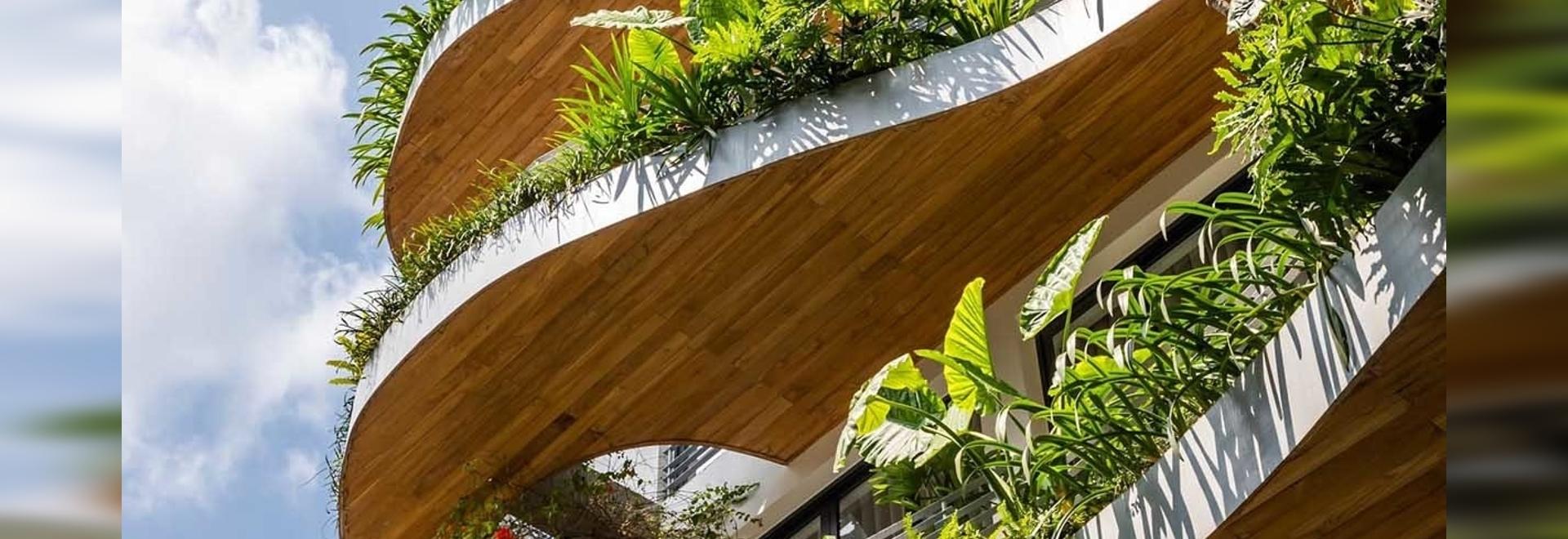 Les balcons ondulés surplombés de plantes sont un élément de design de cet immeuble d'habitation