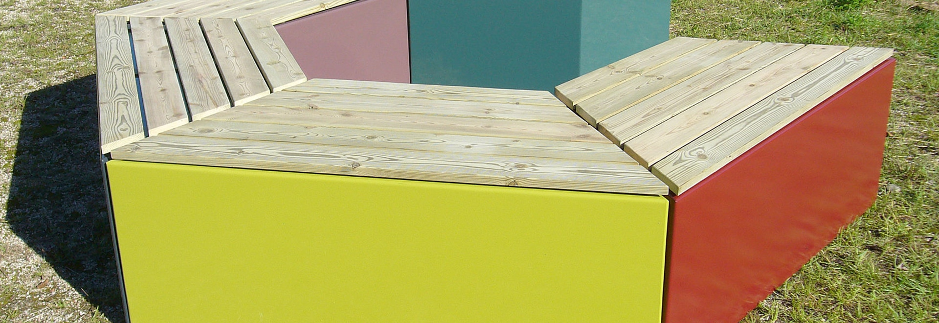 Banc  TRIA, jeu de formes, couleurs et matériaux