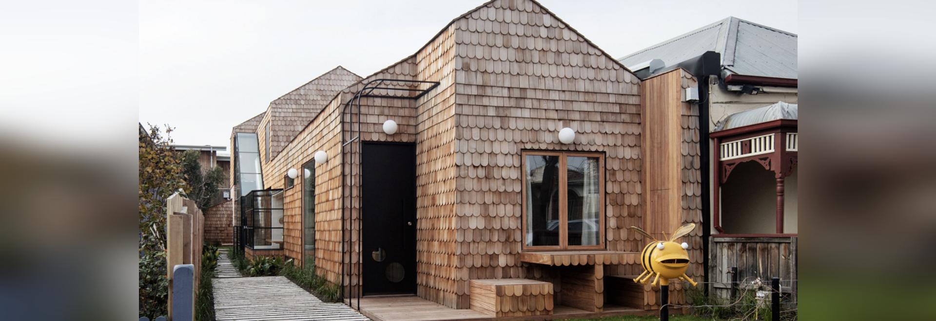 Cette nouvelle maison recouverte de bardeaux ajoute un charme boisé à la rue