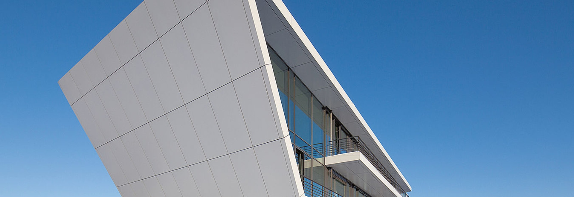 Denker & Wulf – Architecture angulaire et façade homogène avec les panneaux composites en aluminium Reynobond