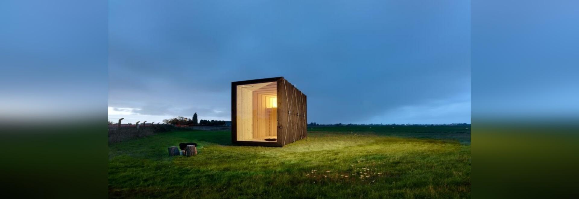 Minimaliste, la petite cabane en bois carbonisé ne fait que 129 pieds carrés