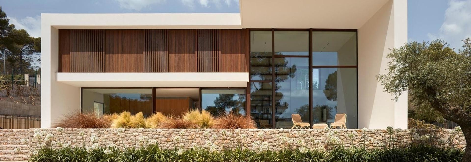 Des murs épais en béton donnent une forte présence à cette nouvelle maison