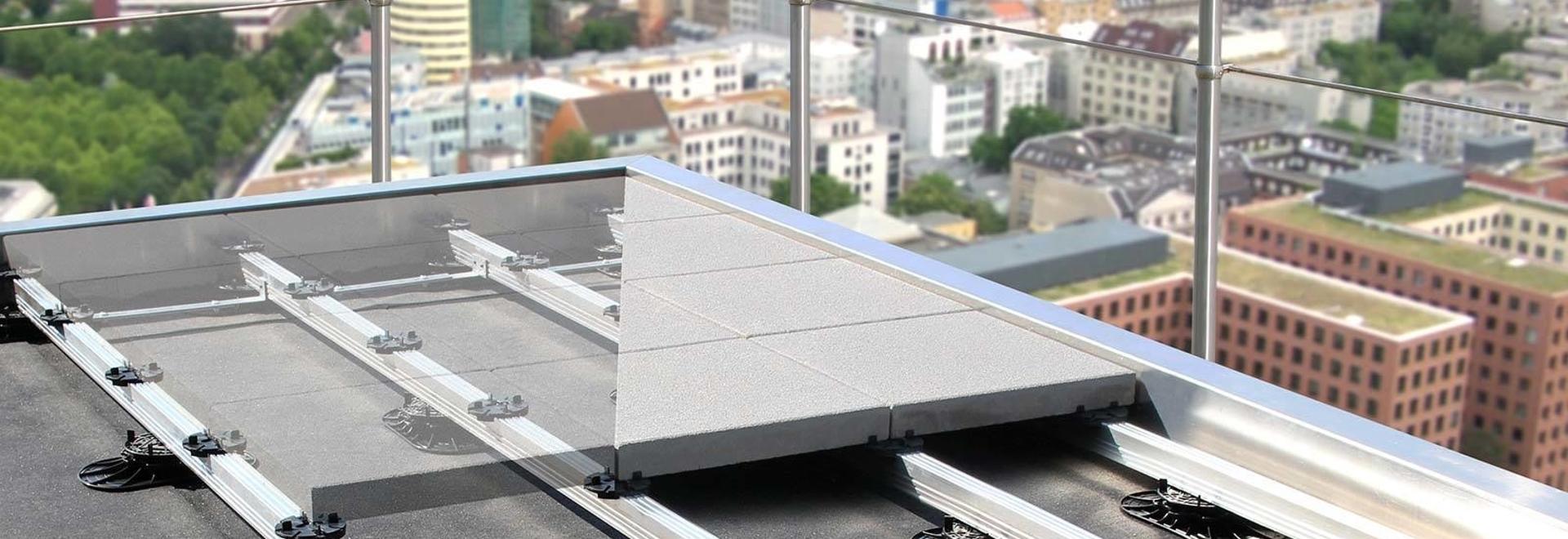Le revêtement de sol est installé en un rien de temps, qu'il s'agisse de dalles en béton ou en pierre naturelle, de bois ou de platelage en WPC. C'est également la conception parfaite pour une fine...