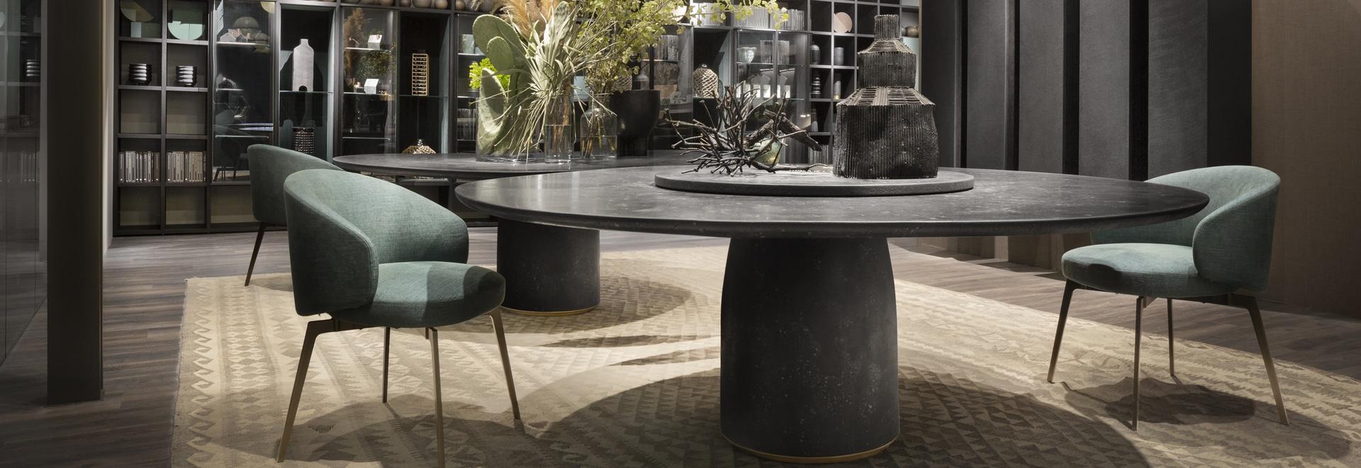 Table de Bulè par Chiara Andreatti ; Bea dinant la chaise par Roberto Lazzeroni ; Système modulaire de T030 et de Selecta