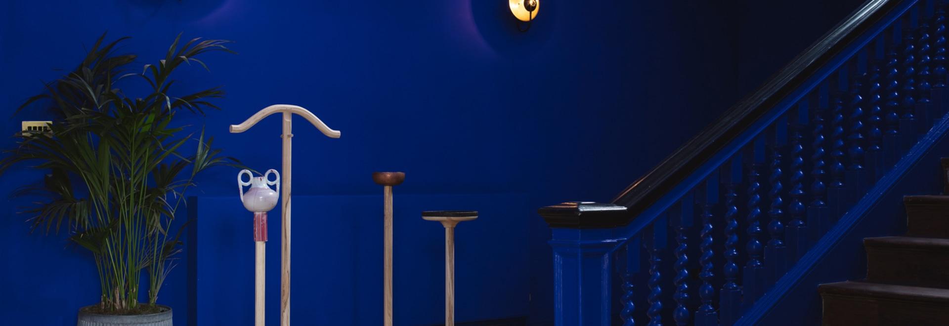Un valet de chambre unique représente l'hôtel Birch de Jan Hendzel