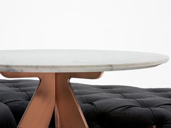 Cirque de table basse #BertoLive avec le dessus de marbre blanc de Carrare et de jambes en acier de cuivre