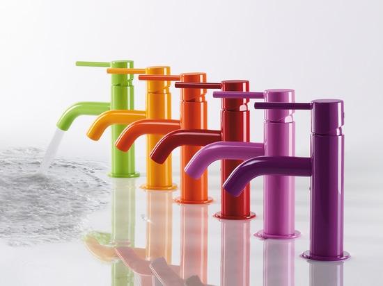 Les robinets avec des finitions en couleurs voyantes