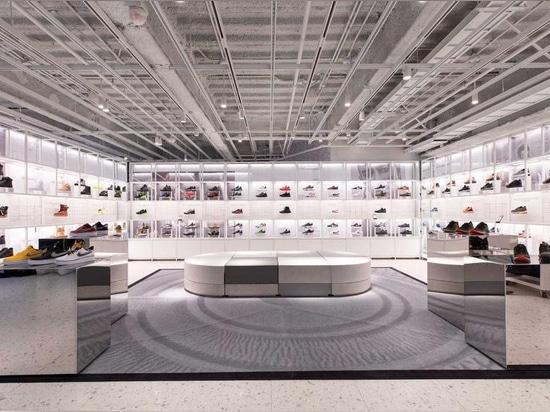 Nike dévoile le navire amiral immersive de New York avec la façade en verre découpée